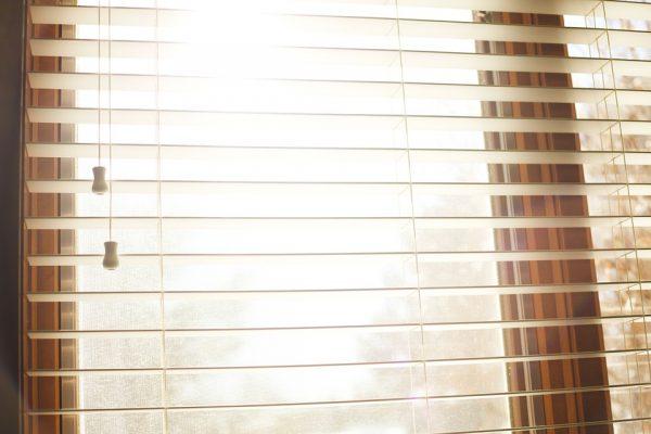 Gardinbus hjalp med solafskærmning på kontoret